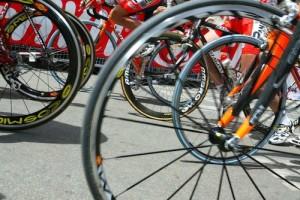 prime pedalate per i ciclisti all'86mo giro d'italia di ciclismo.bra