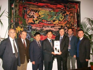 In foto, da sinistra. Giuseppe Bracciale, Giancarlo Valente, Zhu zihua, Zhao zhijun, Mario Sacco, Luca Mogliotti, Claudio Lu (traduttore)