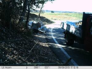 Nella foto: un automezzo scarica abusivamente i rifiuti a poca distanza dal Tanaro