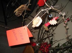 """""""Cara balena, eri bellissima"""": i messaggi dei bambini alla Viglianottera appesi all'albero di Natale ecologico costruito ieri al Museo Paleontologico  Pomeriggio dedicato alla creatività utilizzando i materiali del bosco di Rocchetta Tanaro"""