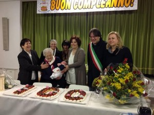 """Il sindaco di Asti Fabrizio Brignolo ha consegnato il diploma di """"Patriarca dell'Astigiano"""" a Virginia Corazza, che ha compiuto 100 anni e li ha festeggianti con figlie nipoti e pronipoti nella sede del comitato Borgo Tanaro."""