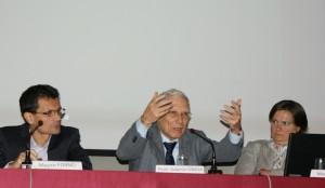Valerio Onida parla ai giovani dinanzi a un folto pubblico al Foro Boario di Nizza