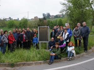 Nella foto: i 35 partecipanti alla passeggiata di Agliano Terme sul luogo della lapide che ricorda la   Repubblica partigiana dell'Alto Monferrato