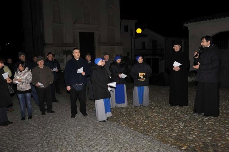Le immagini della veglia di preghiera a Isola d'Asti