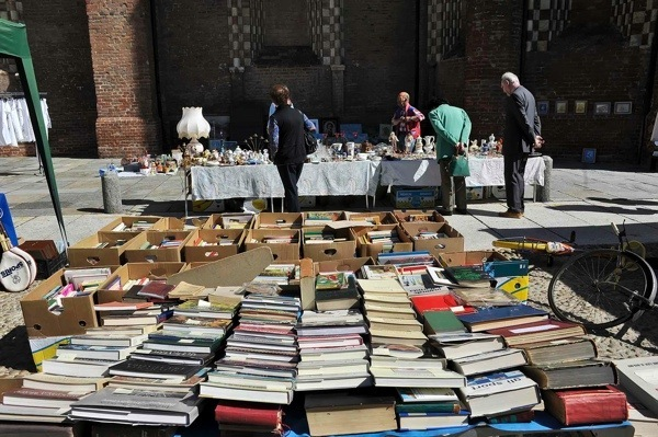 Una domenica tra antiquariato, libri e chincaglierie con il Mercà dij Busiard