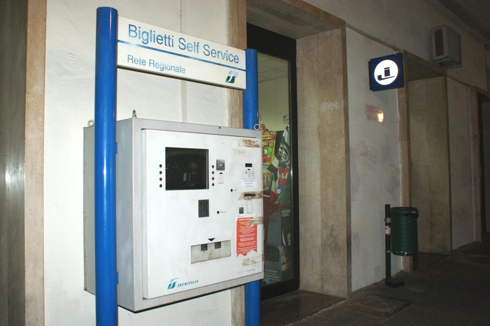 Disservizi alla stazione ferroviaria: non sciolto l'interrogativo sulla chiusura definitiva della biglietteria alla domenica