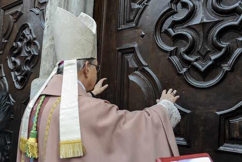 Il vescovo Ravinale apre la Porta Santa nella Cattedrale di Asti