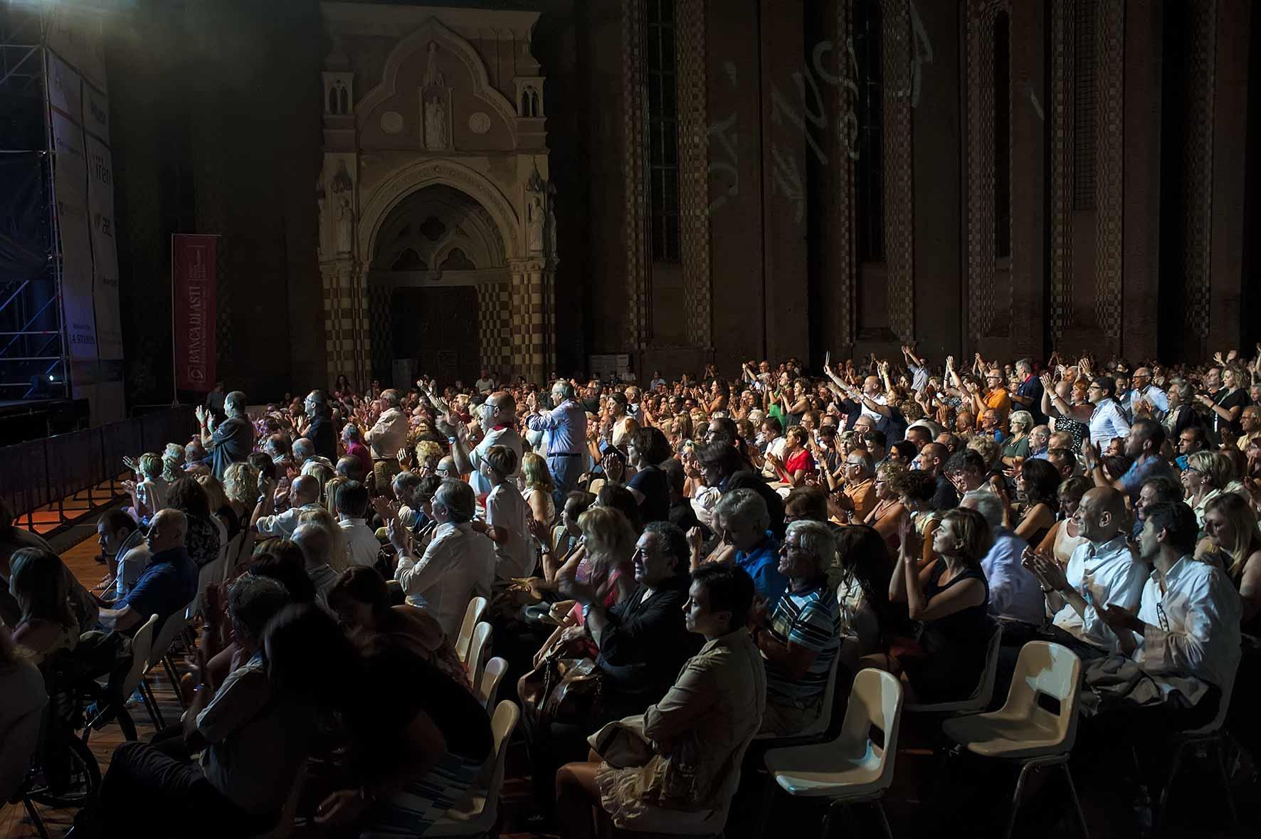 Ad Asti Musica il grande show di Renzo Arbore e dell'Orchestra Italiana