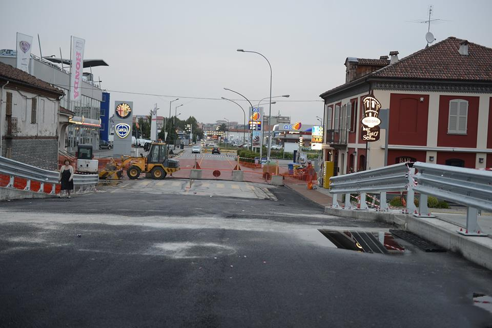 Riaprirà sabato a mezzogiorno corso Alessandria, ultimi ritocchi al ponte sul Versa: la fotogallery