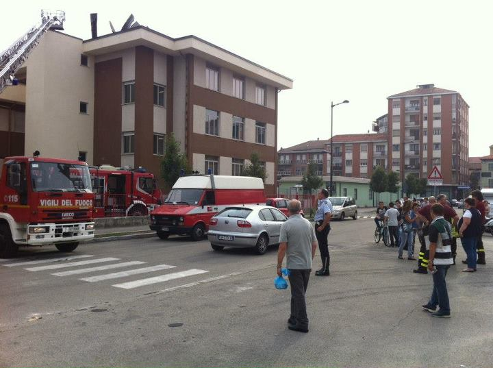 Asti, fuoco sul tetto della scuola media Jona