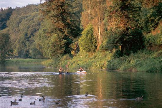 arco naturale di Rocchetta Tanaro. Il fiume in canoa