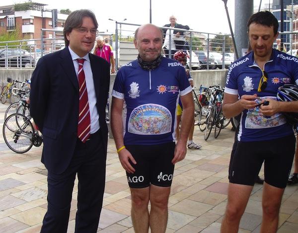 Pedalatamica: Fabrizio Brignolo accoglie i ciclisti all'arrivo