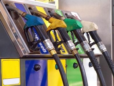Agganciano la colonnina del pagamento automatico al trattore: maxi furto al distributore Dik Fuel