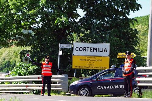 """Denunciati dai carabinieri perché """"bivaccavano"""" in un prato"""