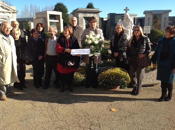 Al cimitero di Asti rose bianche contro la violenza sulle donne