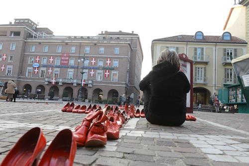 Ad Asti scarpette rosse contro la violenza sulle donne
