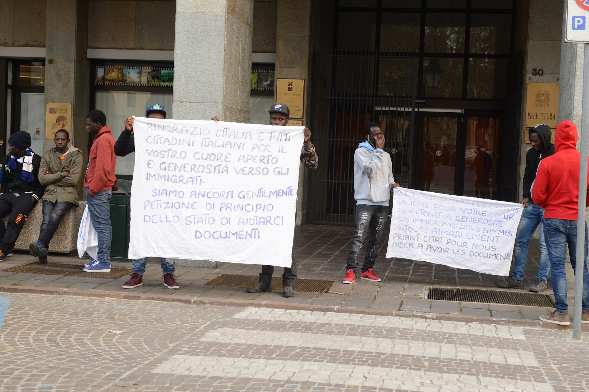 Protesta dei migranti davanti alla prefettura di Asti