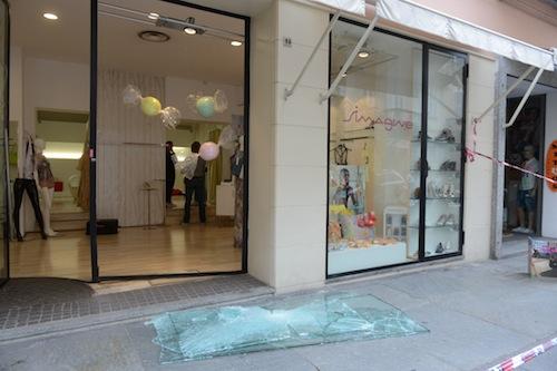 Banda delle spaccate ripulisce negozio di via Cavour