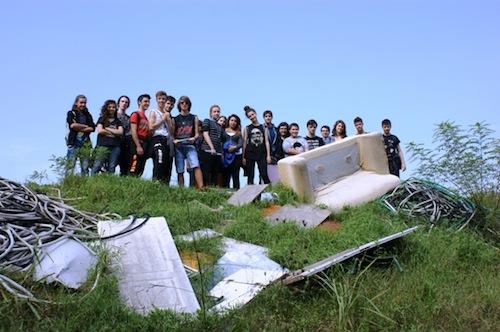 """Gli studenti del Liceo Artistico """"B. Alfieri"""" si improvvisano cercatori di rifiuti abusivi"""