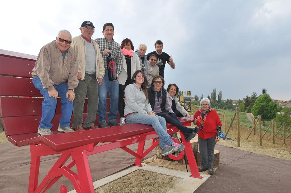Cascina Castlèt inaugura la panchina gigante di Bangle dedicata ai 40 anni del Passum