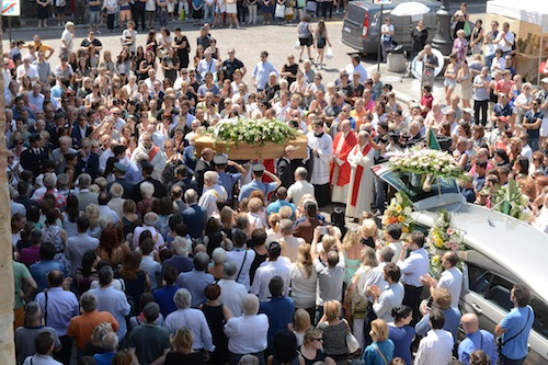 Applausi e lacrime per l'ultimo addio a Maria Luisa Fassi