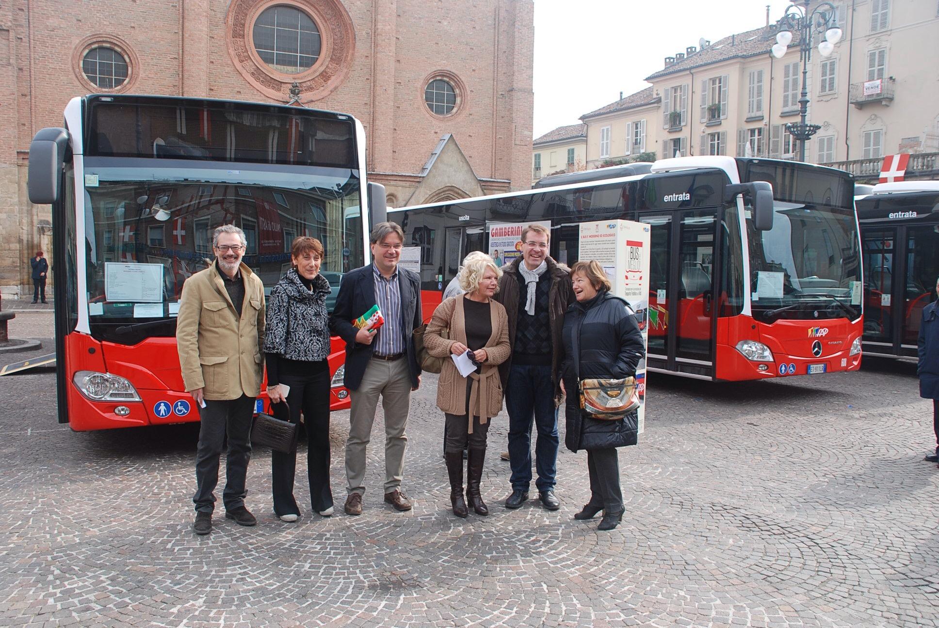 Il bus è più ecologico, meno caro, più sicuro: i vantaggi spiegati in piazza agli astigiani