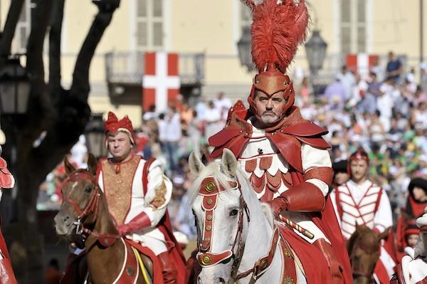 Palio 2012: il sindaco Brignolo concede al capitano la lincenza per la corsa