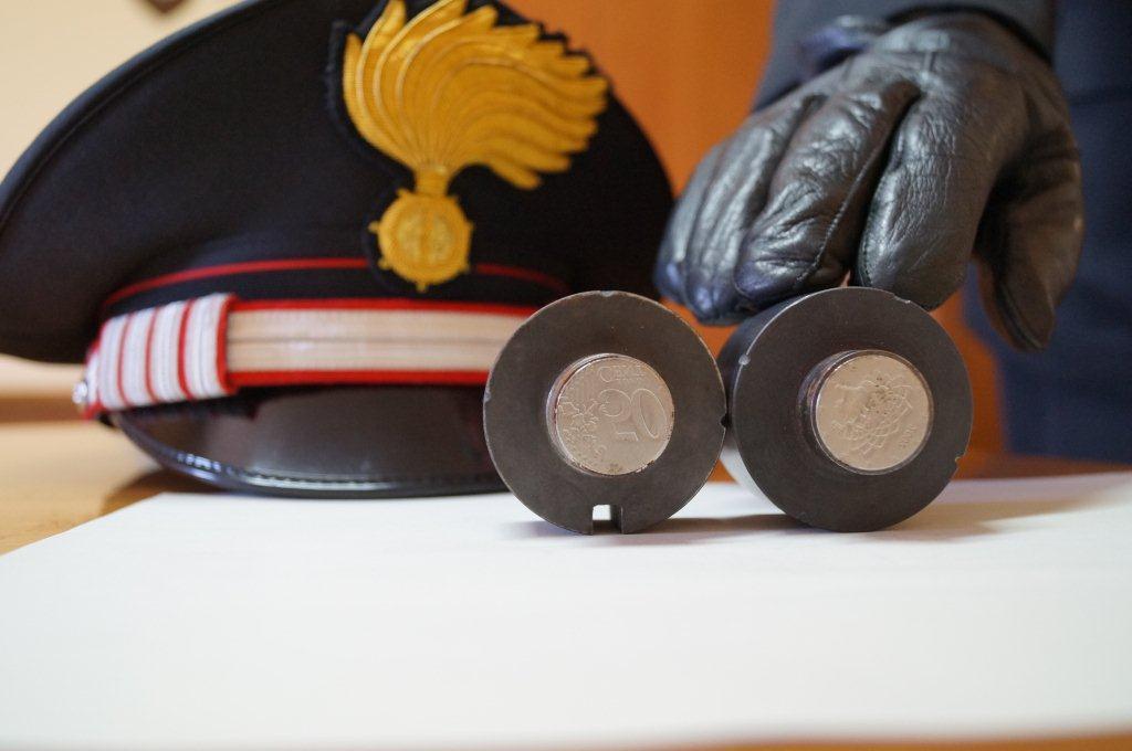 Aveva in casa strumenti per creare monete false: denunciato dai carabinieri di Canelli
