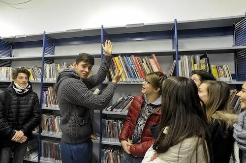 Il liceo Monti adotta una scaffale della Biblioteca Astense