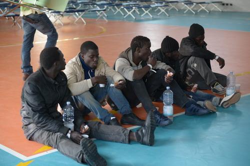 I migranti di Villanova fra lezioni di italiano e partite di calcio aspettano a breve una sistemazione