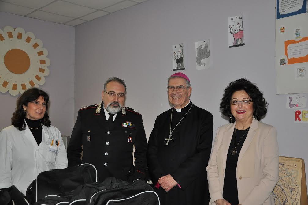 I carabinieri di Asti donano borse, sciarpe e cappellini ai piccoli degenti della Pediatria