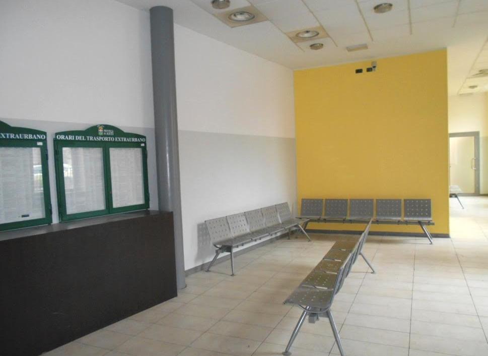 Riaperta la sala d'attesa del Movicentro: cancellati i graffiti, ritinteggiate le pareti