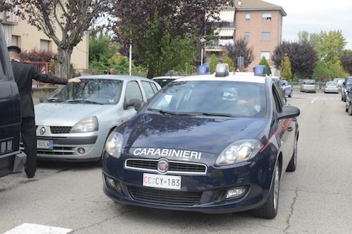 Uxoricidio ad Asti. I rilievi dei carabinieri nell'appartamento di via Novello