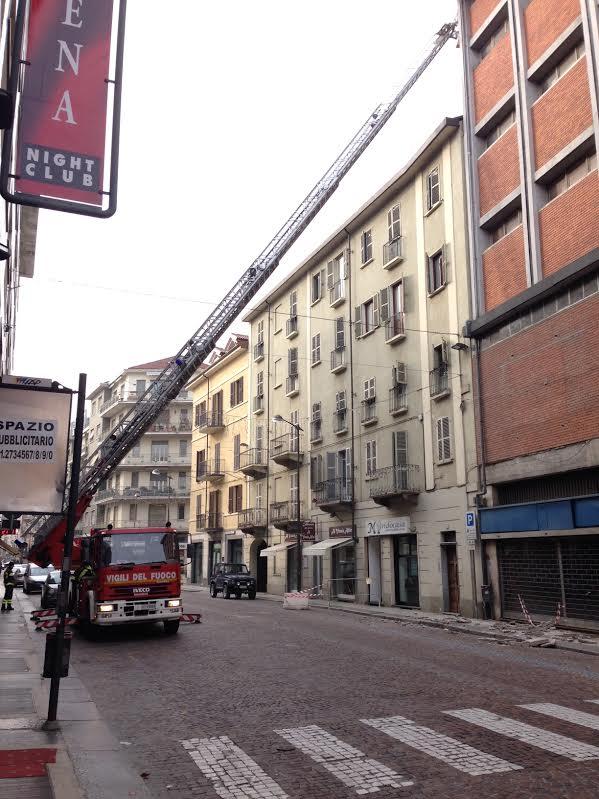 Vigili del fuoco al lavoro per la messa in sicurezza dell'intonaco dell'ex Upim di Asti