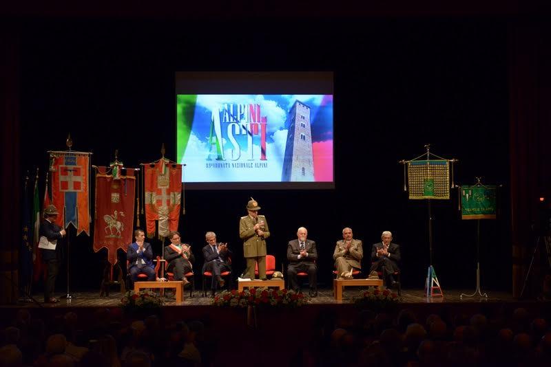Adunata degli Alpini. Cerimonia al Teatro Alfieri in attesa della grande sfilata
