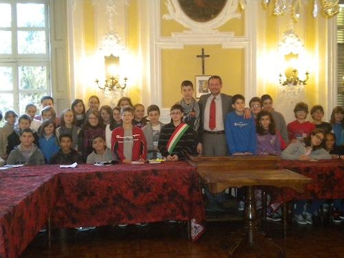 Piccoli alunni studiano la Costituzione con il sindaco di San Damiano d'Asti