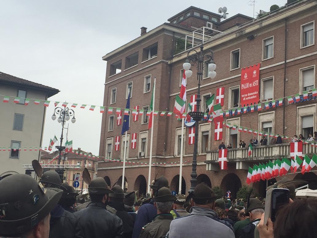 """Nessun giallo all'alzabandiera. Il sindaco di Asti """"Dovevo stare in mezzo ai cittadini"""""""