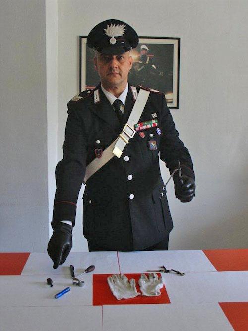 Sorpresi da un carabiniere a forzare una porta: due denunciati per tentato furto