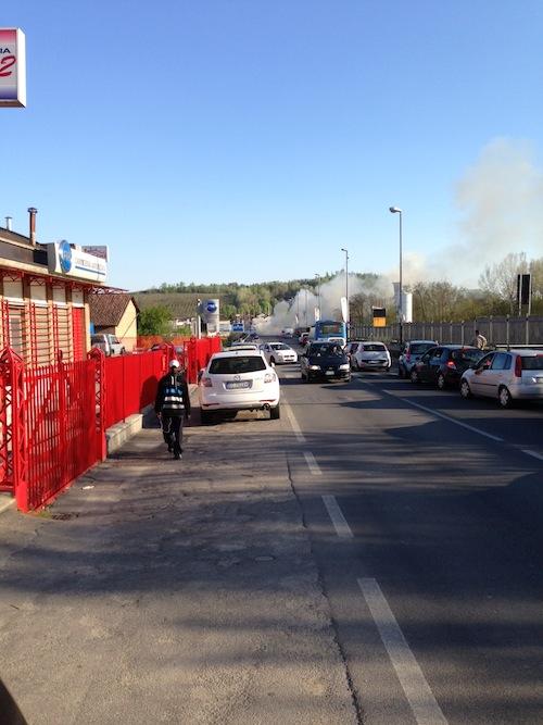 Auto a fuoco in corso Savona