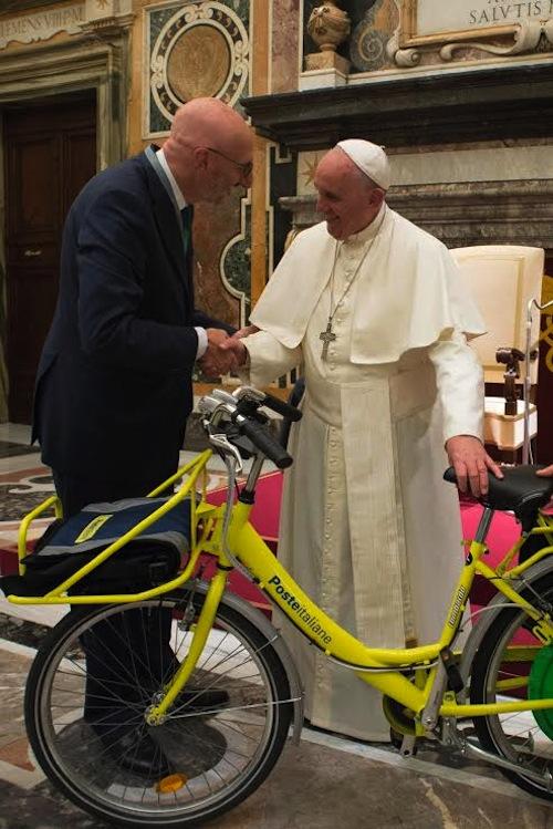 Poste dona bicicletta ecologica a Papa Francesco