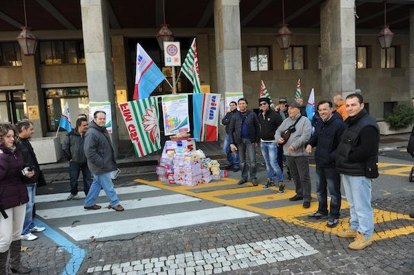 Se non hanno pane che mangino brioches: curiosa manifestazione dei sindacati astigiani