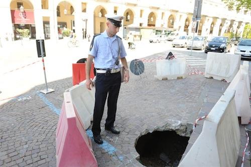 Pavè cede in piazza Alfieri