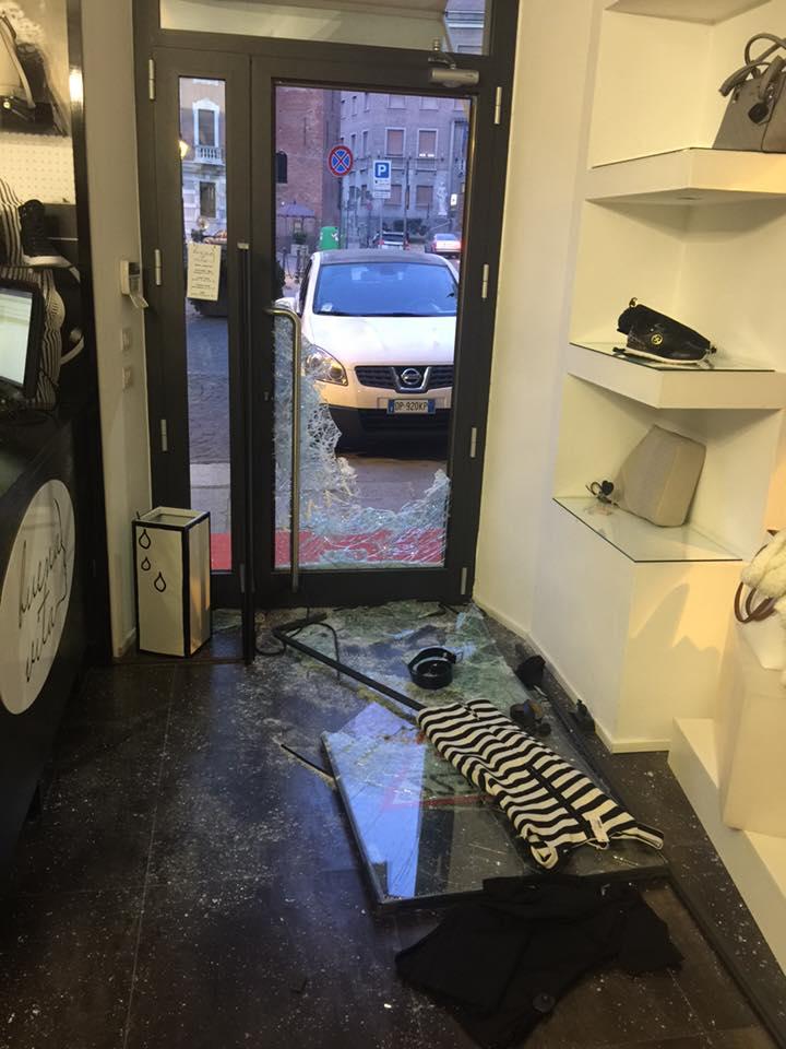 Spaccata in un negozio di abbigliamento del centro