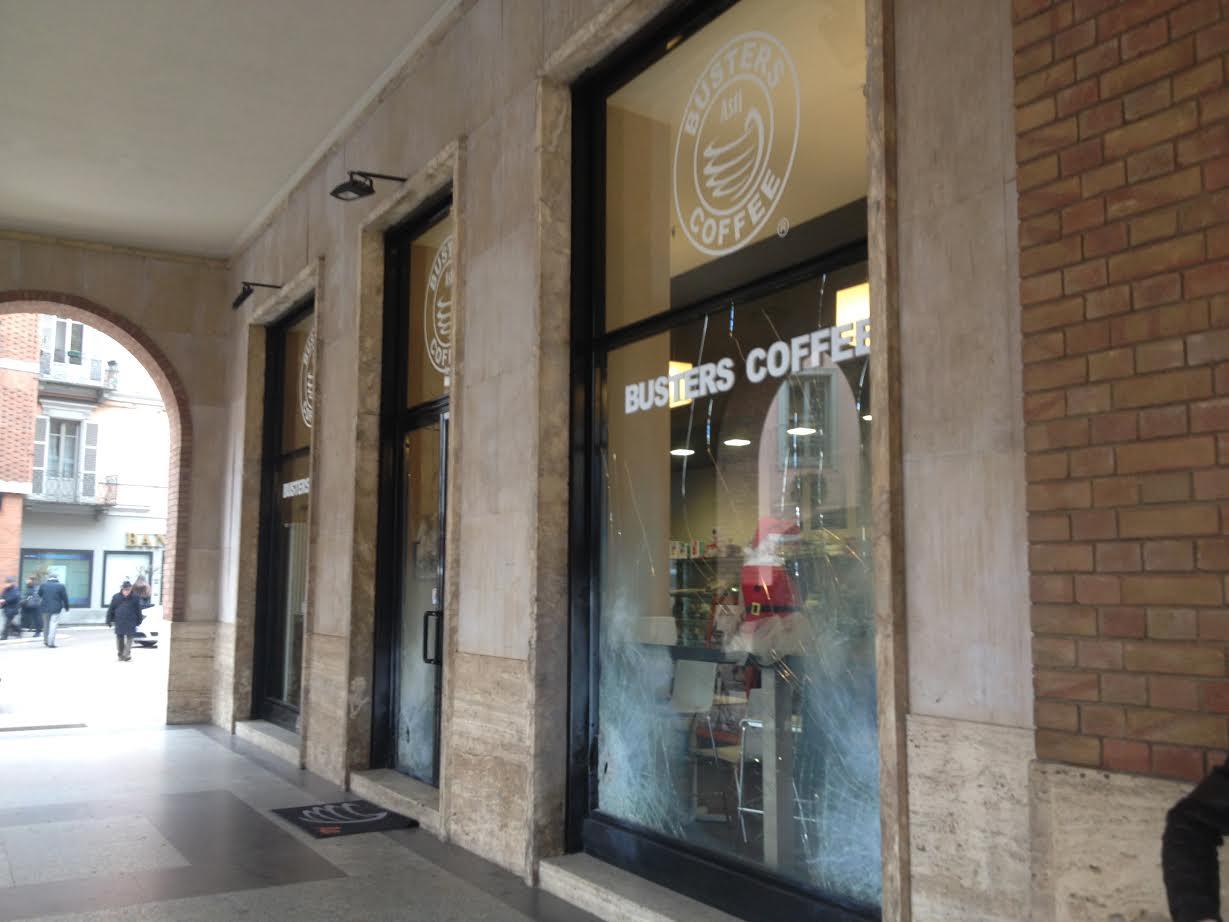 Bombe carta contro il Busters Coffee di Asti