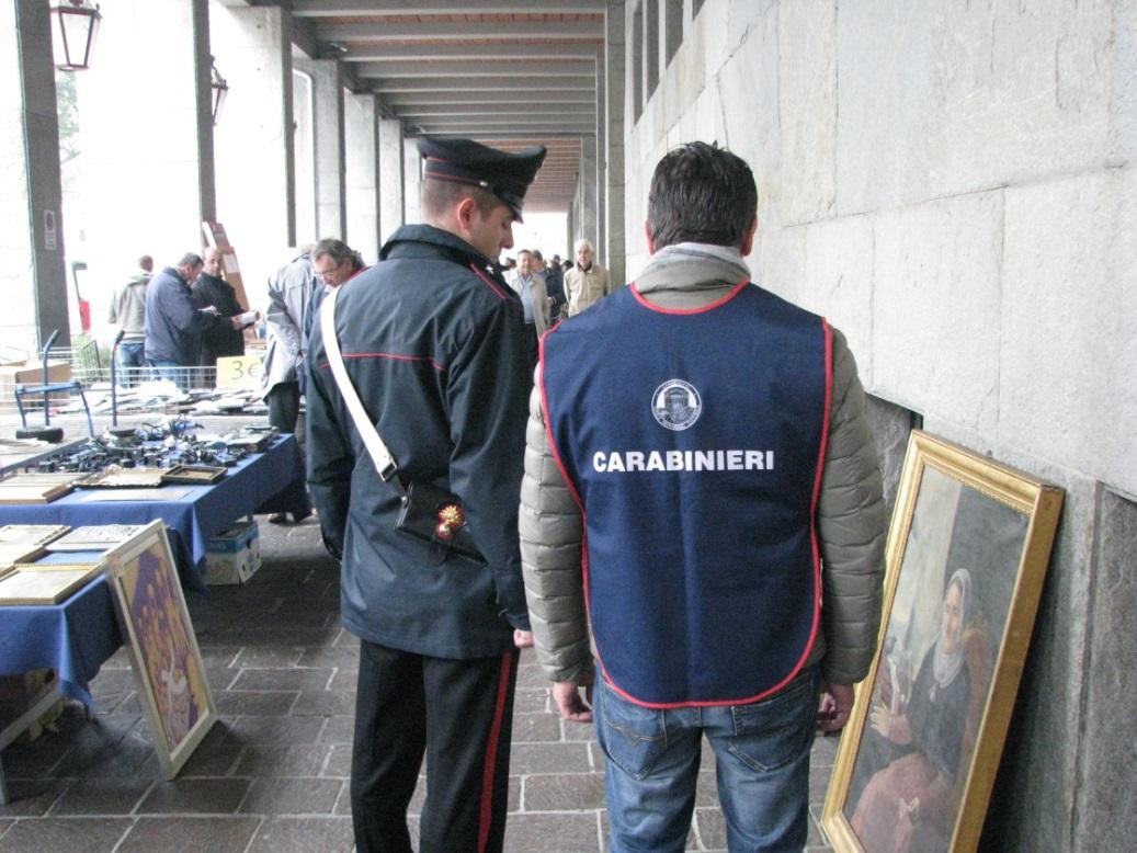 Controlli dei carabinieri al mercatino delle pulci di Asti