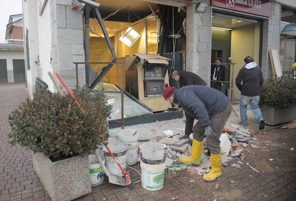 Le foto della spaccata alla filiale CrAsti di Castell'Alfero