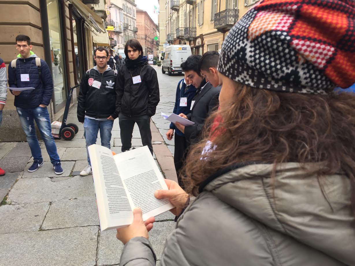 Dalla Costituzione a Pennac: le letture degli studenti in centro ad Asti