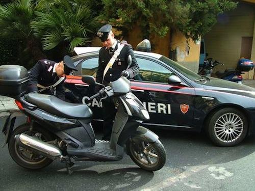 Fugge all'alt dei carabinieri e, fermato, si scaglia contro di loro: denunciato giovane operaio