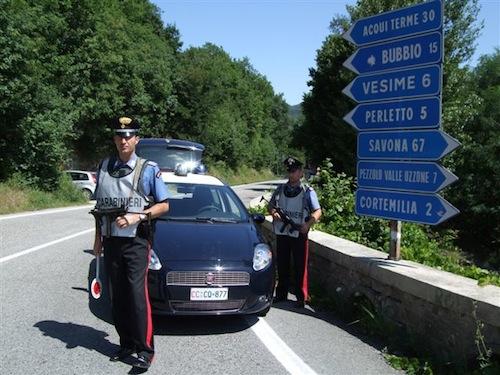 Inseguimento a Santo Stefano Belbo: i carabinieri recuperano un'auto zeppa di refurtiva