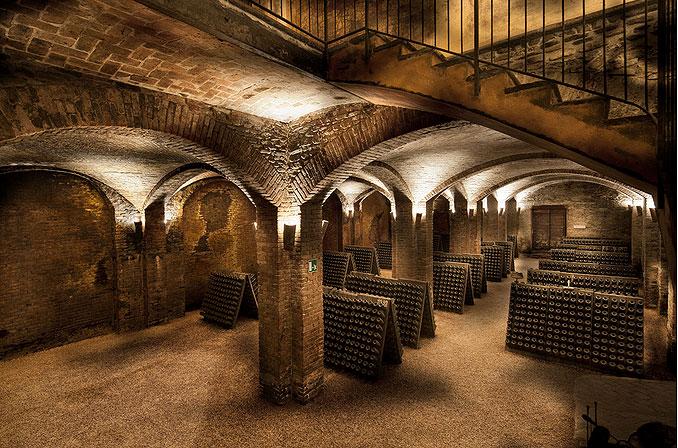 Turisti e curiosi affollano Canelli per la visita alle Cattedrali Sotterranee